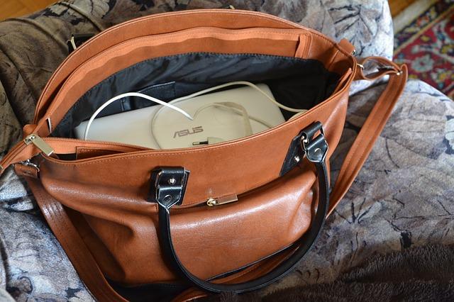パソコンの入ったバッグ