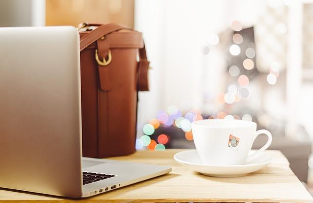 パソコンとバッグとコーヒー